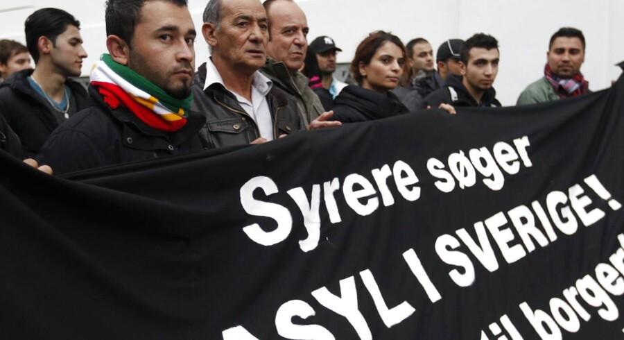 Cirka 40 syriske flygtninge aktionerer ved den svenske ambassade i København i dag. De protesterer mod asylpolitikken i Danmark, der - modsat Sveriges - afviser at tage særligt hensyn til syriske flygtninge.