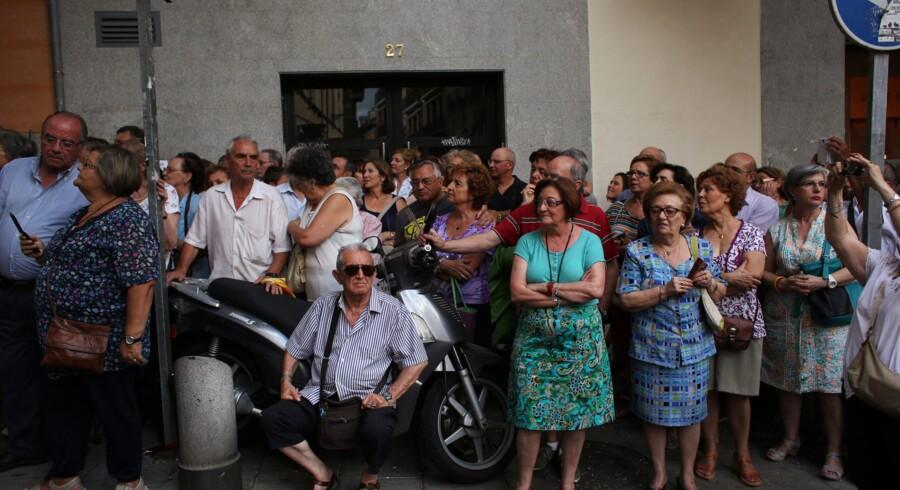 Spaniere venter på, at et optog med en statue af den spanske helgen for jobsøgende, Saint Cajetan, tager sin begyndelse. Spanien er et af de EU-lande, der har været hårdt ramt af eurokrisen med rekordhøj ledighed til følge, men nævnes i dag som et af de spirende lyspunkter i den europæiske økonomi, da landets eksport i dag udgør 33 procent af landets BNP, hvilket er det højeste spanske niveau i euroens historie. Foto: Susana Vera/Reuters