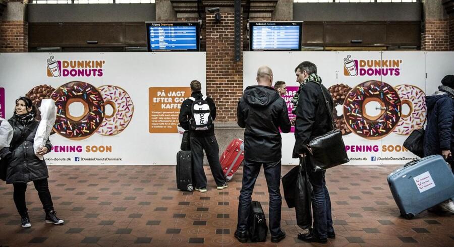 Billetkontorerne er forsvundet fra stationerne, fordi kunderne selv håndterer mere end tre ud af fire billetter. I stedet dukker nye cafeer som Dunkin Donuts her på hovedbanegården op i de tomme lokaler.