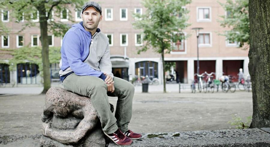 Lars Aslan, her fotograferet på Blågårds Plads på Nørrebro: Når man arbejder med kriminalitetstruede unge eller med integration, så er det fordi, man har forstand på det - og det har man ikke, fordi man har taget en religiøs uddannelse.