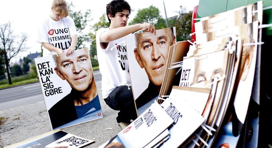 Regeringspartiet SF er åben for at ændre på reglerne for partistøtte. Her er det unge SF'ere der hænger de første valgplakater med Villy Søvndal op ved Søpavillionen i København.