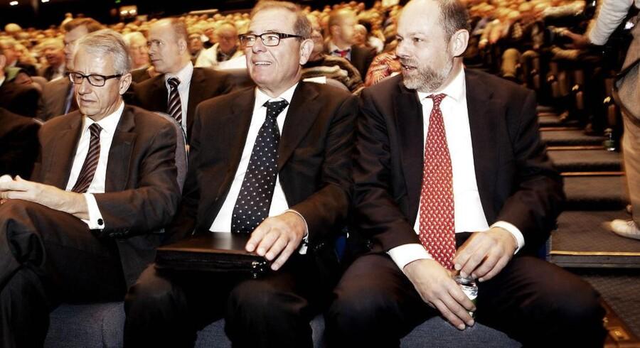 Ved Amagerbankens Ekstraordinære generalforsamling onsdag den 10. november 2011 i Falconer Center er Hans Boye Clausen (mf.) flankeret af Jens Peter Toft (th.) og Niels Heering (tv.) .