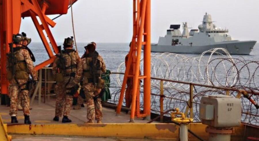 """Soldater fra det danske krigsskib """"Ivar Huitfeldt"""" bordede """"Torm Kristina"""", efter besætningen havde slået piratalarm."""