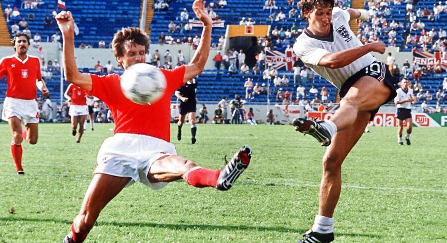 En topangriber model VM 1986, engelske Gary Lineker. En angriber af en svunden tid, da det alene handlede om at være klar til at slå til inde i feltet. I dag skal en angriber fra øverste hylde kunne så meget, fortæller fodboldforsker Jens Bangsbo. På billedet er Gary Linkeker i duel med polske Stefan Majewski 11. juni dengang for længe siden i mexikanske Monterrey. Englænderne vandt 3-0.
