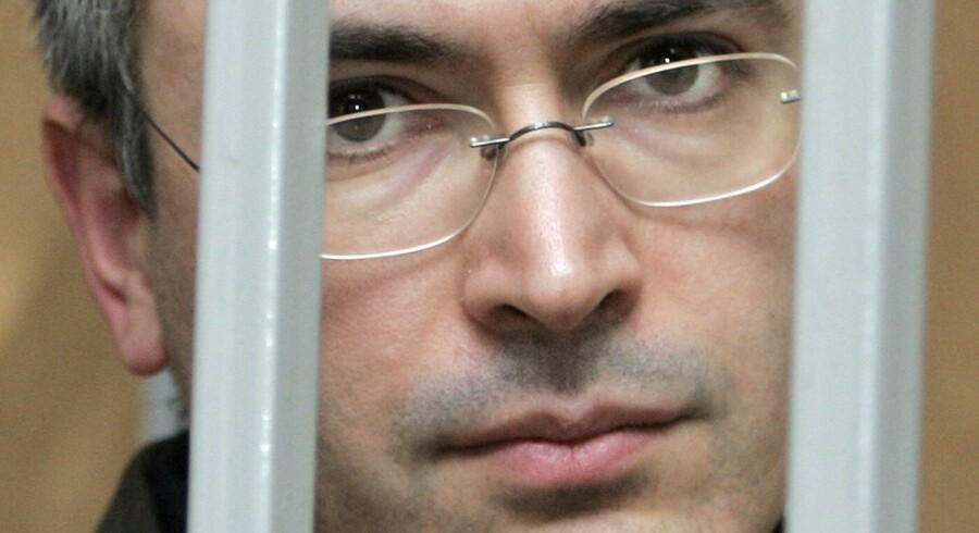 Khodorkovskij havde angiveligt gjort Vladimir Putin vred ved at give  økonomisk støtte til et oppositionsparti. Nu er han fængslet.