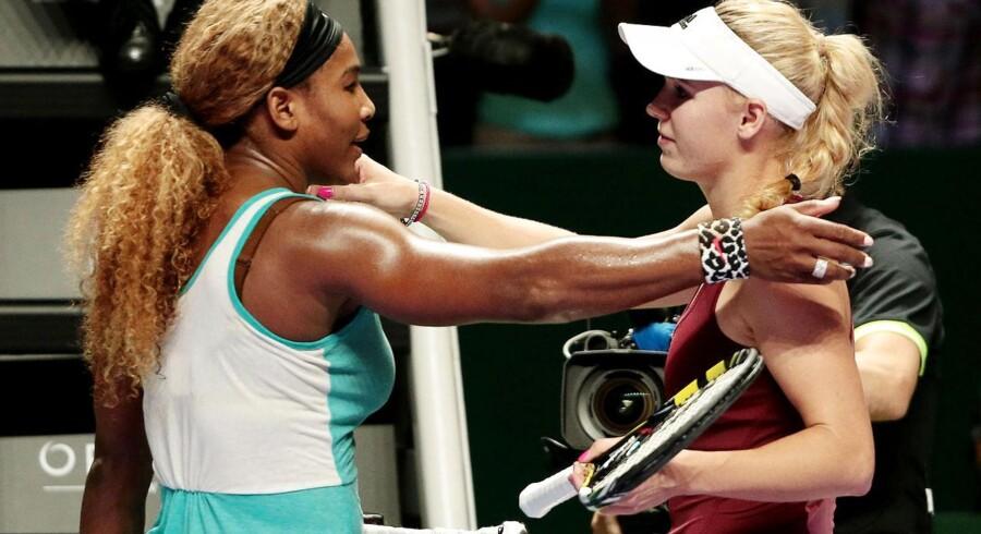 Paribas WTA Finalerbe. Serena Williams giver Caroline Wozniacki et knus efter deres seminfinalekamp den 25. oktober 2014 i Singapore.