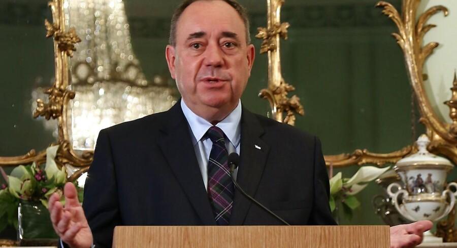 Ja-sigernes førstemand, Alex Salmond, meddeler, at han trækker sig tilbage