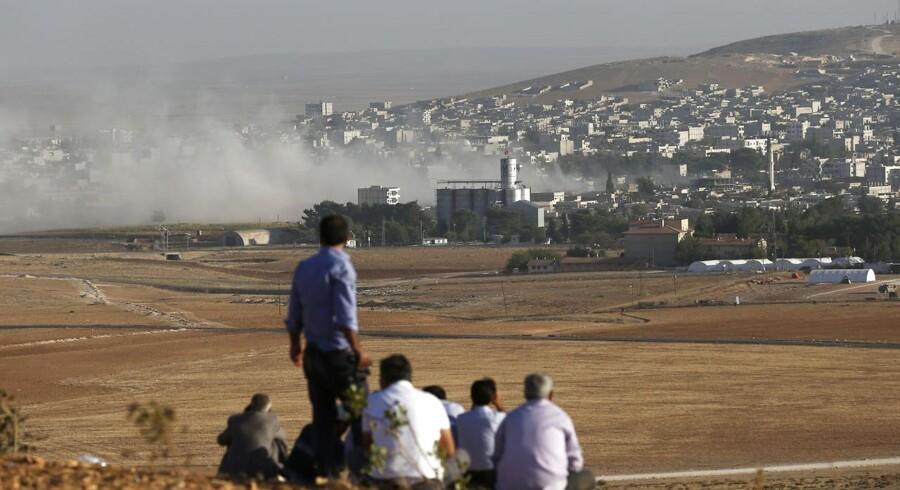 Kurderne er fortsat hårdt presset i byen Kobane på grænsen til Tyrkiet. Selvom jihadistgruppen Islamisk Stat angriber igen og igen, holder kurderne stand. De kurdiske militssoldater, der forsvarer den syriske grænseby Ayn al-Arab, der på kurdisk er kendt som Kobane, afviste lørdag syv forsøg på at indtage byen fra de militante oprører fra den jihadistiske gruppe Islamisk Stat.