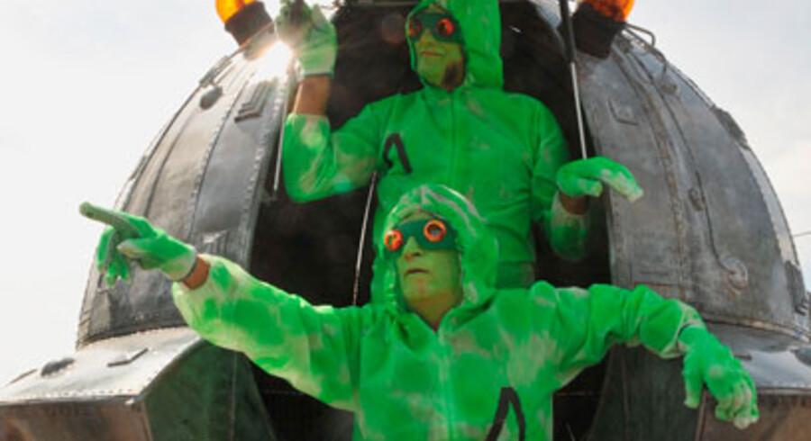 To personer klædt ud som rumvæsner besøgte Ares med deres bud på et rumskib, 4. september 2010.