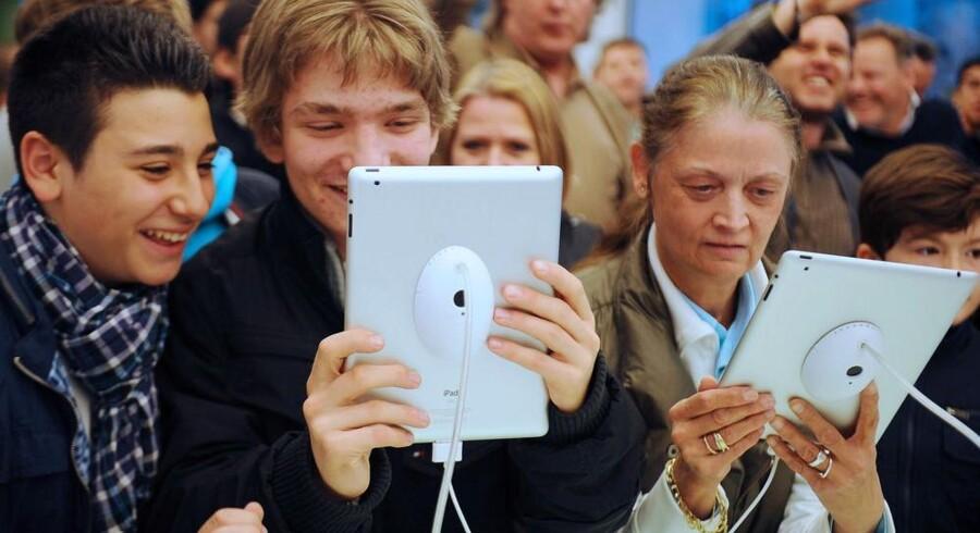 Smilene kan snart stivne blandt tyske iPad-købere. Motorola kan få standset Apples salg af iPad og iPhone efter en retsafgørelse fredag. Arkivfoto: Hannibal Hanschke, EPA/Scanpix
