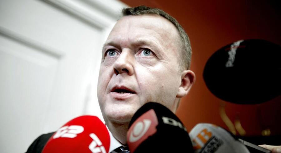 Venstres formand Lars Løkke Rasmussen opfordres fra Venstres Ungdom til at smide børnechecken i papirkurven. Her ankommer Lars Løkke til dagens gruppemøde på Christiansborg.