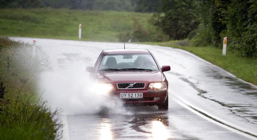 Et politisk flertal vil hæve fartgrænsen på de danske motorveje til 90 kilometer i timen fra de nuværende 80 kilometer i timen.