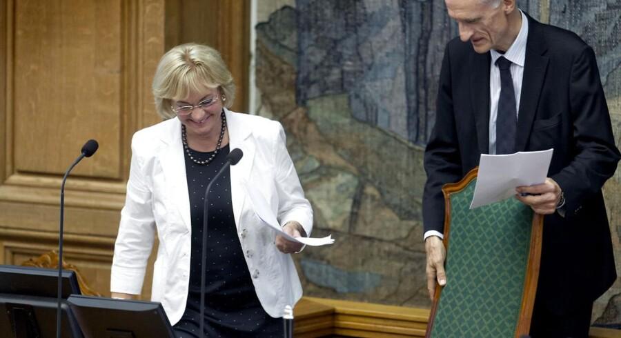 Den tidl. midlertidige formand Bertel Haarder gør galant formandsstolen klar til sin afløser, Pia Kjærsgaard.