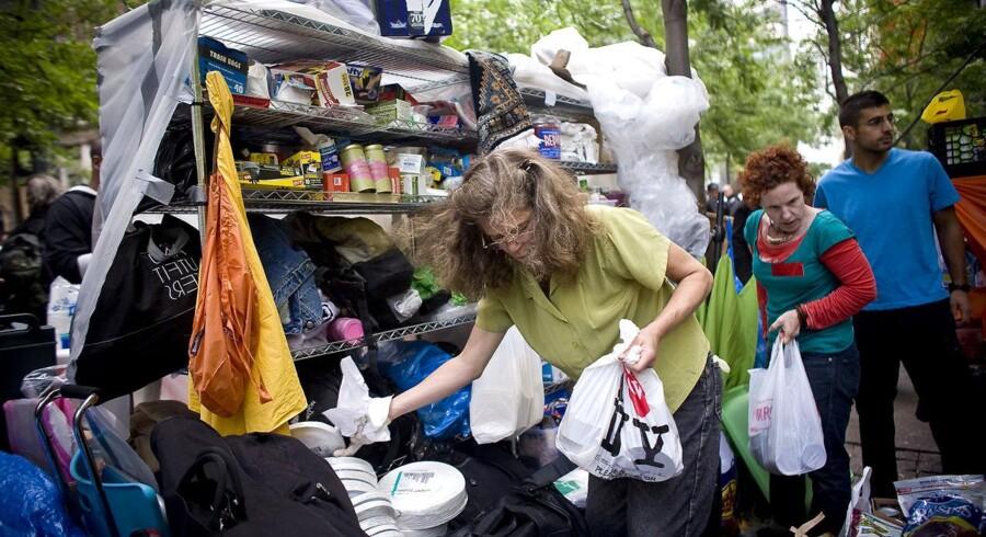 Der er oprettet udendørs køkkener i Zuccotti Park nær Wall Street, hvor der serveres gratis mad til de mange 99-belejrere.