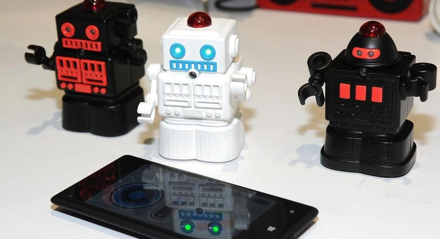 Minirobotter, som kæmper mod hinanden gennem den trådløse Bluetooth-forbindelse, er kun noget af det, som vi kan bruge penge på i 2014, men det bliver ikke til så mange penge som i 2013, viser nye tal fra verdens største forbrugerelektronikmesse i Las Vegas. Foto: Robyn Beck, AFP/Scanpix