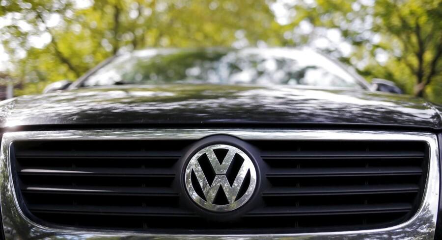 Bestyrelsen i det skandaleramte tyske bilfirma Volkswagen Group har suspenderet flere af sine udviklingschefer.
