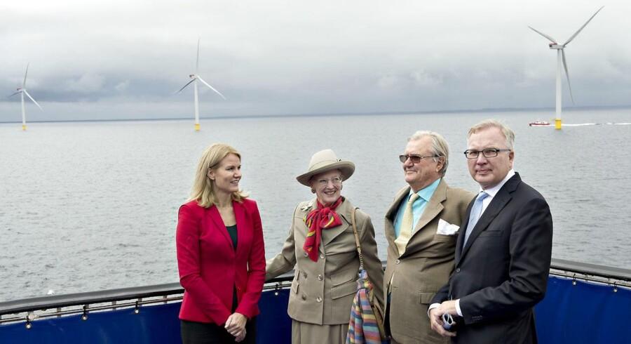 EU-Kommissionen rejser tvivl, om den danske energistøtte gennem PSO-ordningen er lovlig. Her indvies Anholt Havmøllepark, som er blandt de største modtagere af PSO-støtte, afH.K.H. Dronning Margrethe og H.K.H. Prins Henrik samt statsminister Helle Thorning-Schmidt og daværende bestyrelsesformand i DONG Energy Fritz Schur.