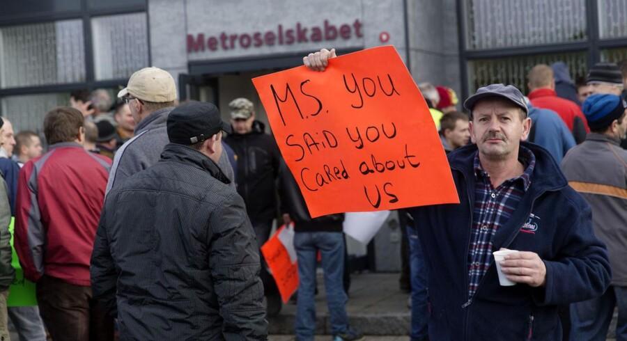 Medarbejdere ansat hos metrobyggeriets underleverandør Atlanco demonstrerede fredag foran Metroselskabets hovedkontor. Atlancoas kontrakt bliver ikke forlænget, og derfor mister de deres job.