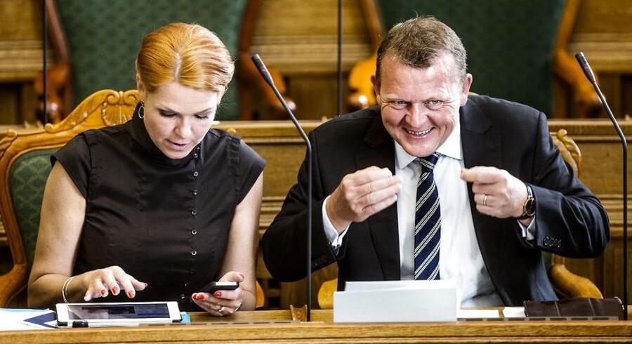 Lars Løkke Rasmussen signalerer under Folketingets afslutningsdebat over til venstrefløjen, at de skal smile lidt mere. Til venstre ses Inger Støjberg. (Foto: Bax Lindhardt/Scanpix 2014)