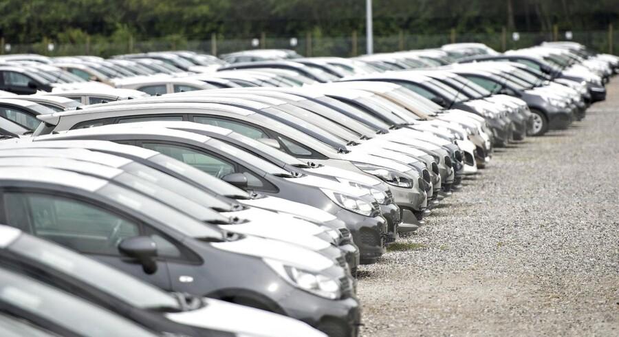 Skat har sendt en trecifret millionregning af sted til bilforhandlerne, og de prøver at presse forhandlerne til at betale. Men bilfolkene mener ikke, at Skat har dækning for deres fortolkning af reglerne. Eksperter og politikere tager afstand fra Skats metoder.