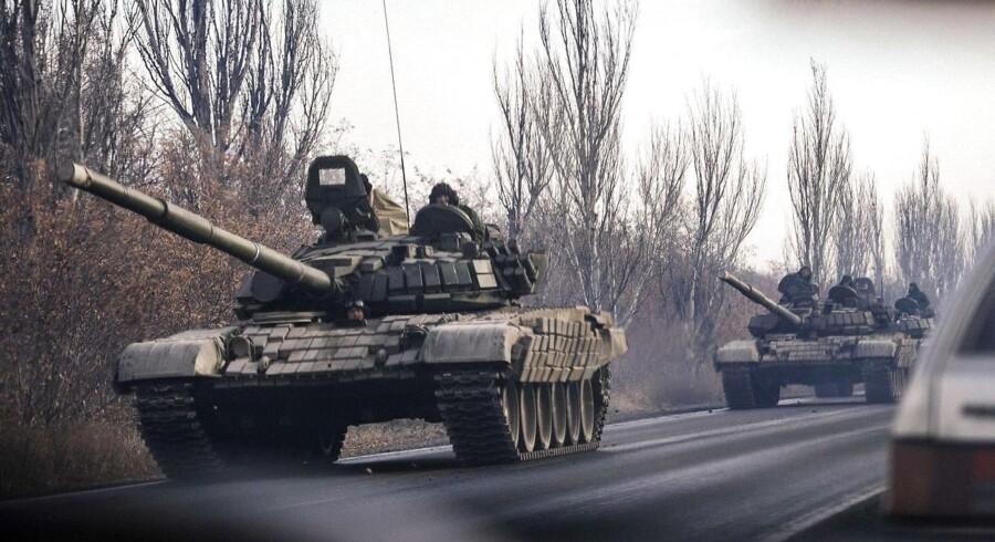Nye og uidentificerede militærkøretøjer på vej fra Donetsk i det østlige Ukraine, som er domineret af prorussiske kræfter.