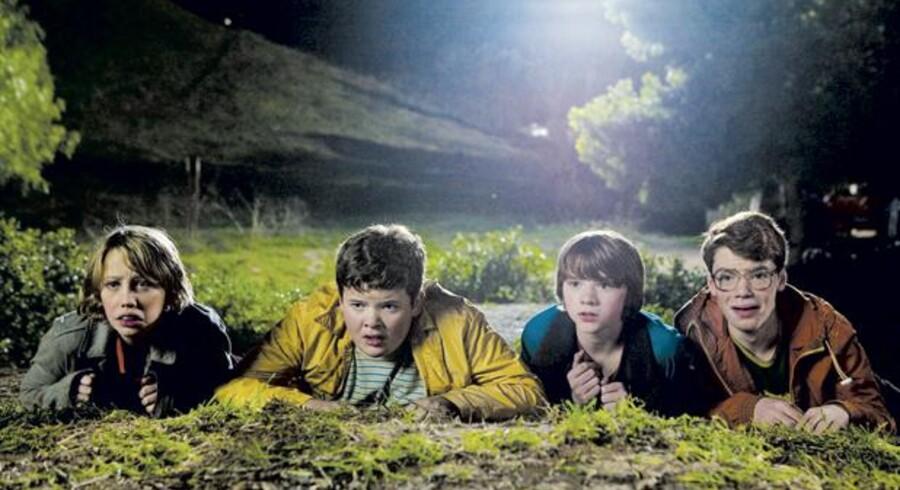 Joe (Joel Courtney), Alice (Elle Fanning) og to af vennerne i »Super 8«, der beviser at Steven Spielbergs ABC virker endnu. Foto