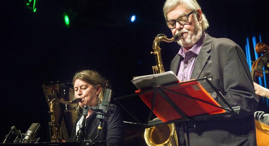 Jesper Thilo spillede i 2016 sammen med ensemblet Sølvtøjet i Jazzhouse. Til venstre for Jesper Thilo ses saxofonist Lotte Anker. Arkivfoto: Torben Christensen