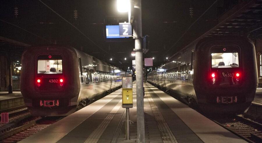 """På arkivfotoet her holder togene stille mens stormen """"Bodil"""" raser sidste år."""