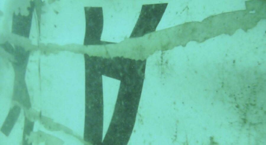 Hvad der formodes at være dele af vraget af AirAsia flight QZ8501. Halen af flyet er fundet på havbunden 30 km fra flyets sidst kendte position før styrtet.