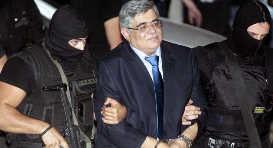 Græsk antiterrorpoliti eksorterer Nikos Michaloliakos, leder af det ultra-højre-parti, Gyldent Daggry, ved retsbygningen i Athen, Grækenland.