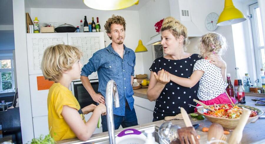 Morten Trolle og Julie Trier med deres børn Storm og Rosa har netop oplevet, at Københavns Kommune har nedskrevet værdien af deres bolig med 1,2 millioner kroner. De er nu insolvente og stavnsbundne og har ikke råd til at flytte.