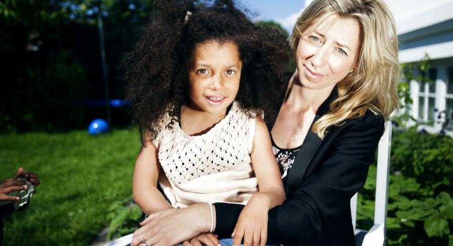 billeder af Julie og hendes datte Chloe. Julie oplevede en meget voldsom fødsel, efter at have fået misoprostol til at få sat fødslen i gang med, og hun frygter at den nu 8-årige Chloe har fået varige men.