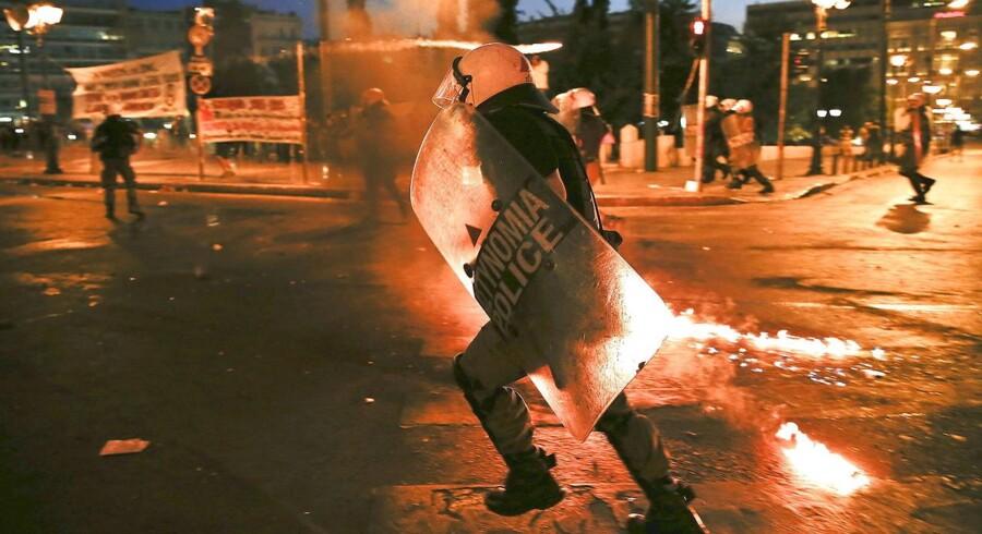 Demonstranter kastede benzinbomber, mens politiet svarede igen med store mængder tåregas.