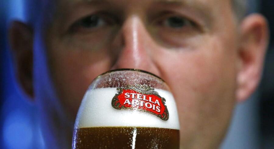 Der smages på øl forud for generalforsamlingen hos Anheuser-Busch InBev i Brussels d. 30 april
