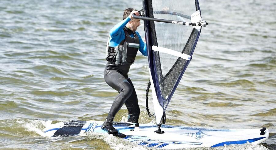 Kronprinsen havde forinden fået en ganske kort og helt grundlæggende instruktion i den svære kunst at windsurfe, og på den baggrund var det imponerende, hvor meget han havde nået at tage til sig.