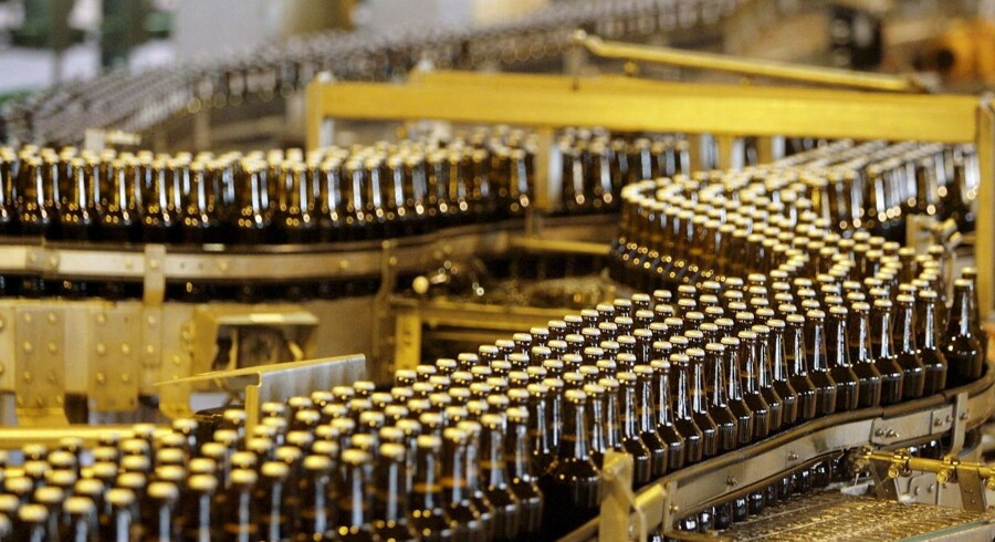 Bottles of beer move along a production line at South African Breweries, owned by SABMiller, in Alrode, South Africa in this April 2, 2009 file photo. Anheuser-Busch InBev has approached rival SABMiller about a takeover that would form a brewing colossus which makes around a third of the beer consumed globally. Belgium's AB InBev - the world's biggest brewer - makes Budweiser, Stella Artois and Corona, while Britain-based SABMiller - the No. 2 player - owns Peroni, Grolsch and Pilsner Urquell beers. REUTERS/Siphiwe Sibeko/Files