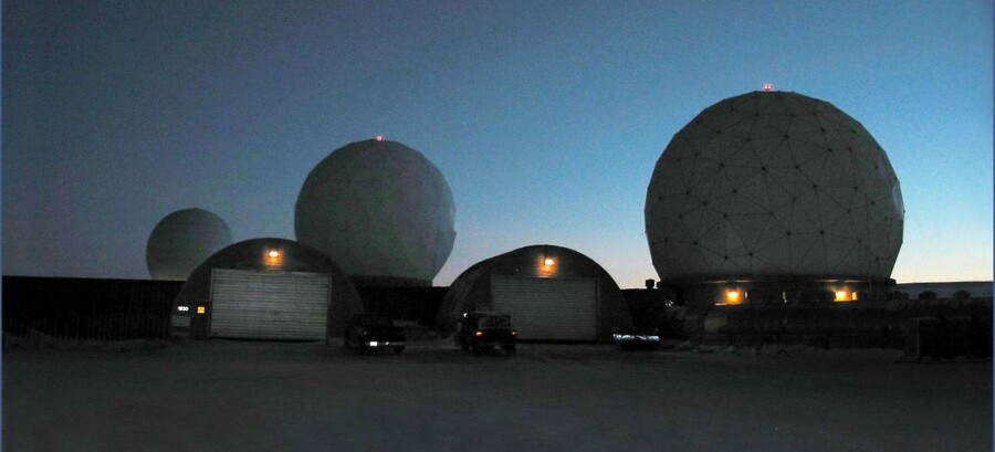 Der er ballade om USAs strategisk vigtige militærbase Thule-basen i det nordlige Grønland. Kontrakten om vedligeholdelse og service er kommet på amerikanske hænder.