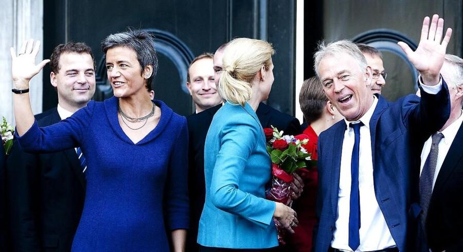 Regeringsdannelse2011. Den nye regering på Amalienborg slotsplads efter at have været inde hos Dronningen.