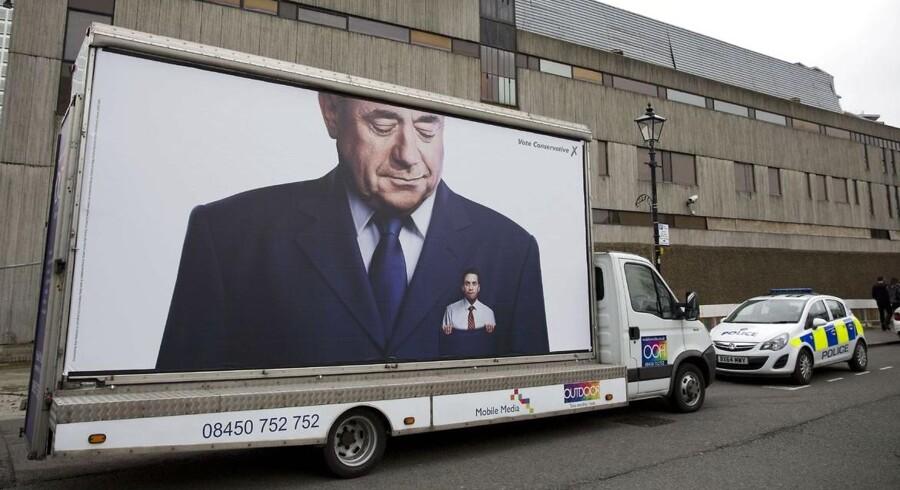Der er bid i den britiske valgkamp. Her en konservativ valgplakat, som viser Labour-leder Ed Miliband i lommen på den tidligere skotske nationalistleder og kommende parlamentsmedlem for SNP, Alex Salmond.