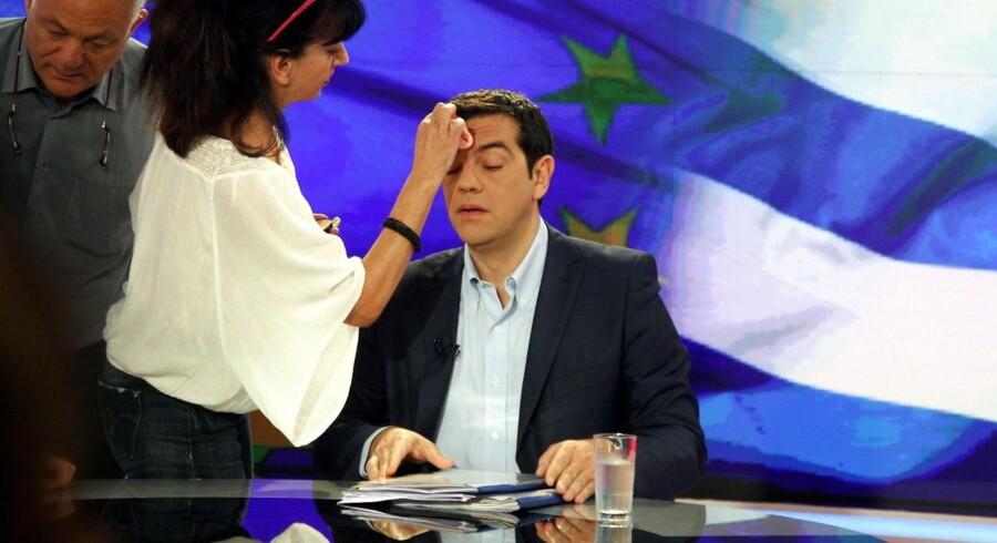 Grækenlands pressede premierminister Alexis Tsipras før et interview mandag til græsk tv.