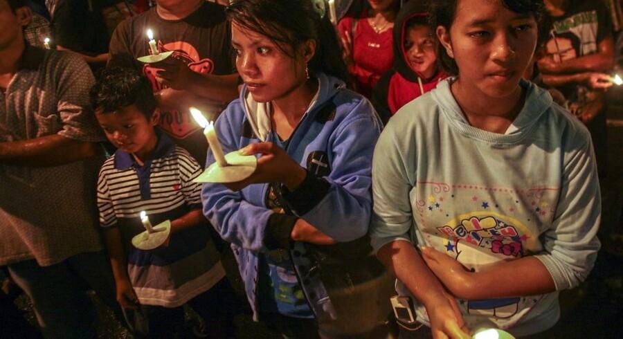 Indonesere holder mindehøjtidelighed for ofrene for flykatastrofen.
