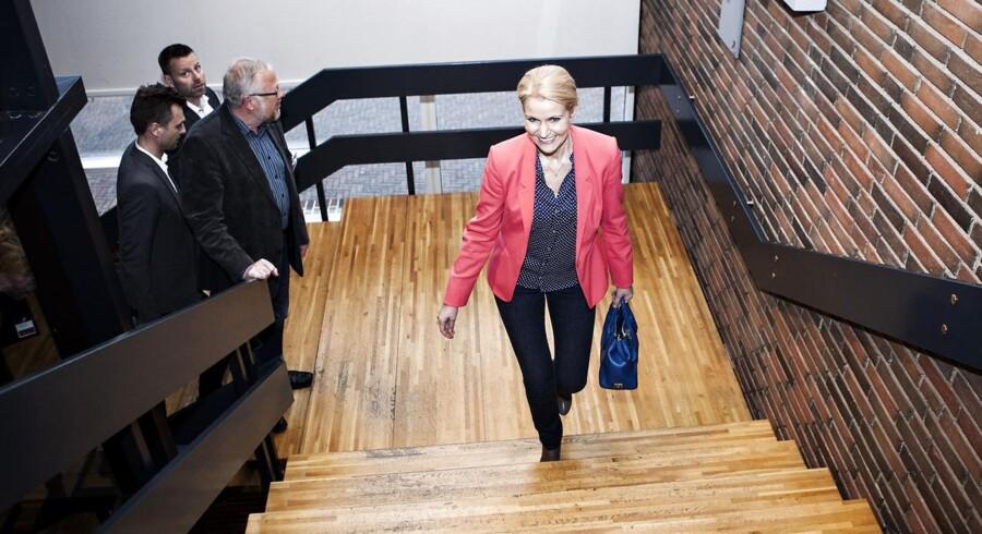 Helle Thorning-Schmidt på vej op ad trappen på Christiansminde Hotel i Svendborg til krisemøde hos Socialdemokraterne.