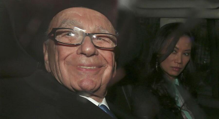 Rupert Murdoch og hans kone, Wedni, forlader retten.