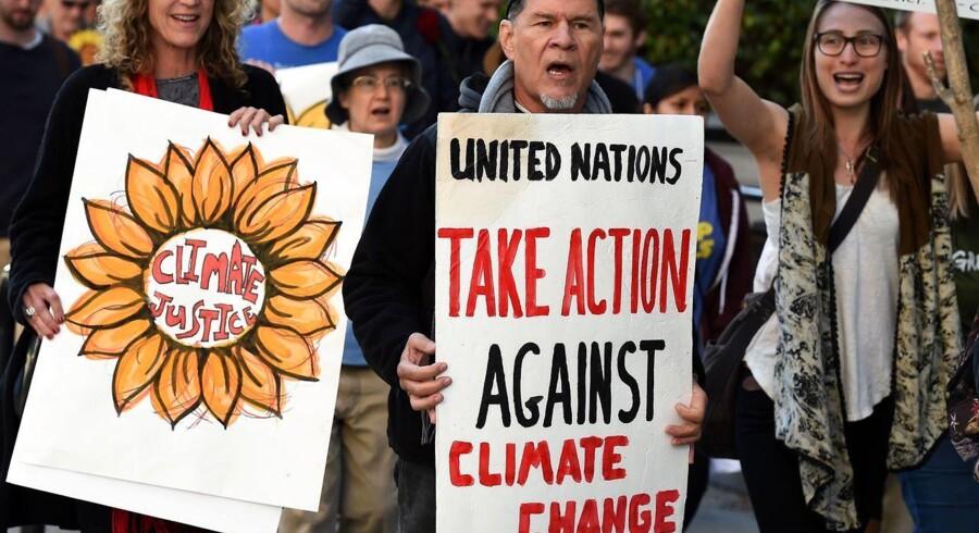 Miljøaktivister i Los Angeles demonstrerer før Klimatopmødet, COP 15, i Paris.