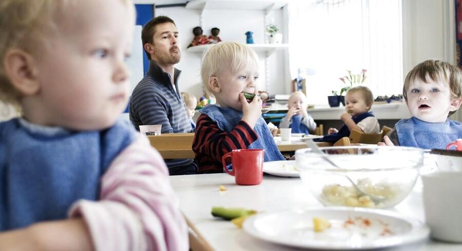 Daginstitutionerne har de senere år fået stillet adskillige testsystemer til rådighed, som pædagogerne mange steder bruger til at tjekke, hvor gode de enkelte børn er til blandt andet at bruge sproget, argumentere, benytte tal og bogstaver i leg og have fornemmelse for proportioner. Flere udviklingspsykologer og pædagogikprofessorer advarer nu mod et »måletyranni« og en »evalueringsmani«, som kan påvirke relationen mellem forældre og børn negativt, og som forskere forudser vil skabe flere præstationsangste børn med lavt selvværd. Arkivfoto fra vuggestue, der ikke direkte har noget med den pågældende historie at gøre.