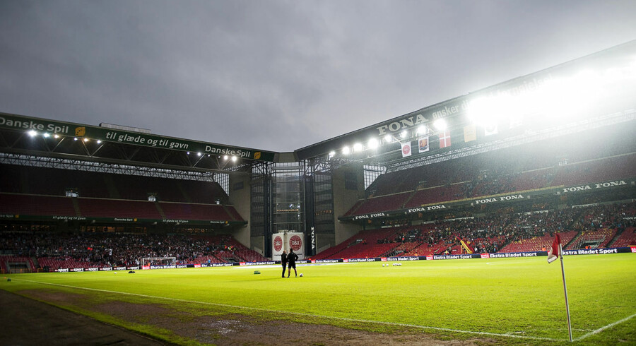 Parken i regnvejr. Pokalfinalen er udsat 45 minutter.