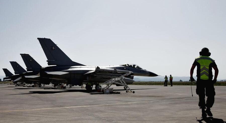Søndag formiddag er støttepersonalet til de danske F-16 fly landet i Kuwait. Senere søndag lander de syv danske jagerfly også.