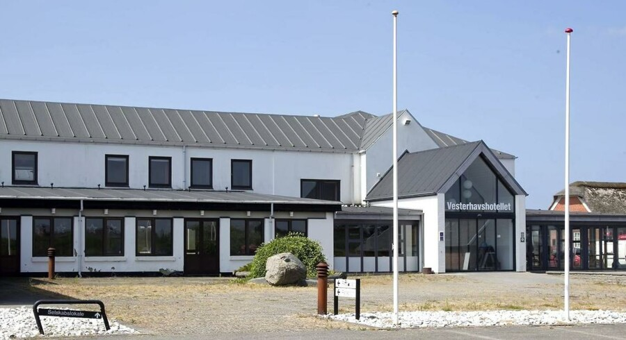 Hotel Vedersø Klit er også fortællingen om fup- og fidus-tiden fra de glade 00ere, hvor entreprenante ejendomsjonglører og alt for villige banker efterlod grimme spor efter sig.