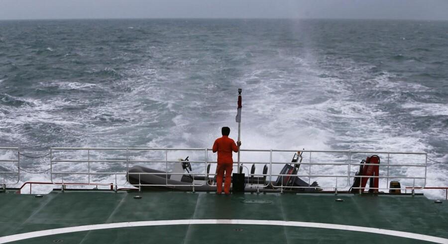 Skibe søger efter vragdele fra det AirAia-fly, der forsvandt søndag den 28. december.