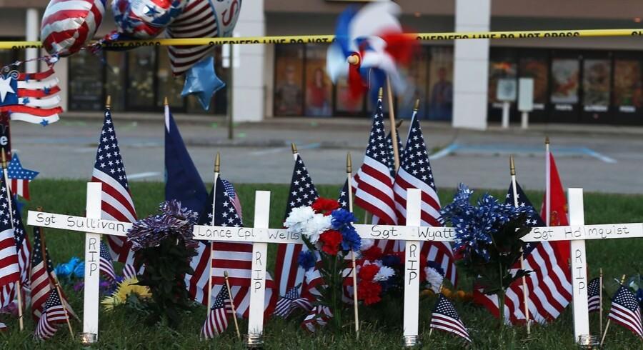 Angrebet på to militære faciliteter har nu kostet fem mennesker livet. En marinesoldat, der blev såret i angrebet, døde tidligt lørdag morgen lokal tid.
